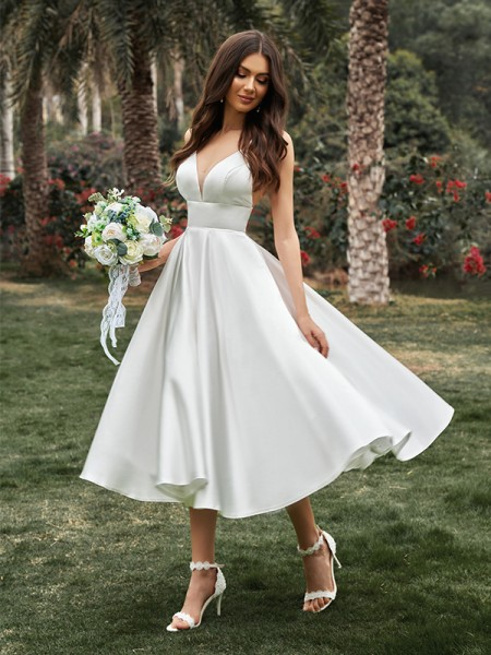 A-formet/Princess Volanger V-hals Armlengdeless Satin Midt-på-leggen Bryllupskjoler