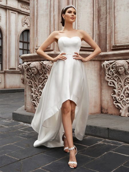 A-formet/Princess Sweetheart Satin Volanger Armlengdeless Asymmetrisk Bryllupskjoler